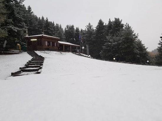 Έπεσαν τα πρώτα χιόνια – Κάτασπρο το Δασικό Χωριό !