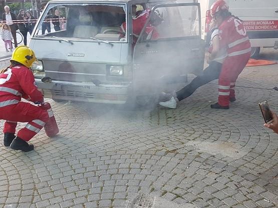Επίδειξη διάσωσης από τα μέλη του Σώματος Σαμαρειτών