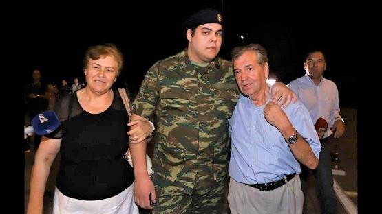 Στις οικογένειες τους οι δύο Έλληνες στρατιωτικοί