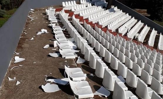 Ορεστιάδα: Άγνωστοι βανδάλισαν τα καθίσματα στο υπαίθριο θέατρο!