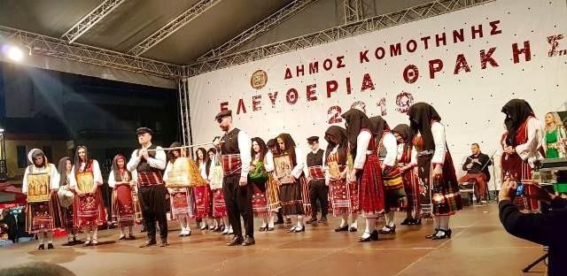 Ξεκίνησαν οι παραστάσεις παραδοσιακών χορών στην κεντρική πλατεία Κομοτηνής