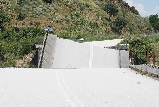 Καθαιρούν το τμήμα της πεσμένης γέφυρας Κομψάτου