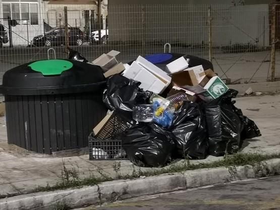 Γέμισαν οι ημιϋπόγειοι κάδοι; Κάποιοι ασυνείδητοι πετούν εκτός τα σκουπίδια ή κάτι άλλο συμβαίνει;