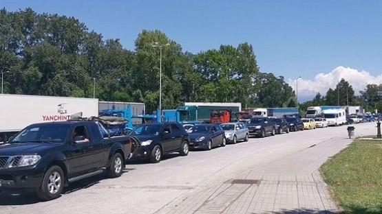 Εκατοντάδες Σέρβοι τουρίστες μπήκανε στην Ελλάδα παρά το κλείσιμο των συνόρων – Ουρές χιλιομέτρων στα σύνορα