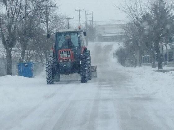 Έτσι το κάνουν οι Εβρίτες: Πήρε το τρακτέρ και καθάρισε τους δρόμους του χωριού του!